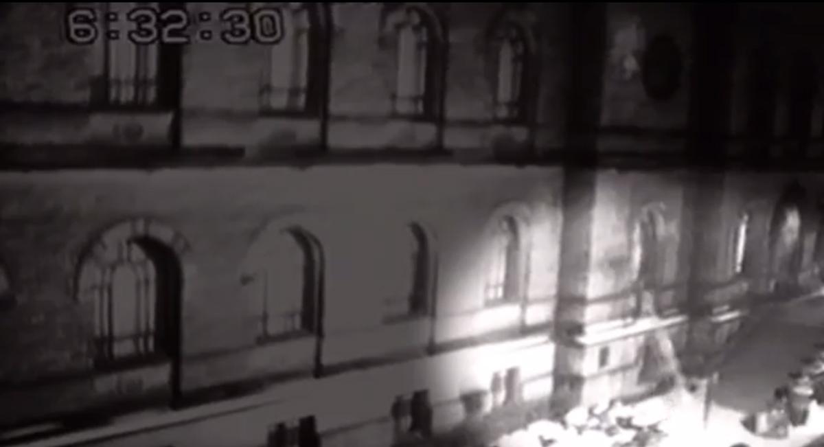 Stopklatka z momentu włamania z filmu kamery monitoringu Galerii Narodowej w Oslo.