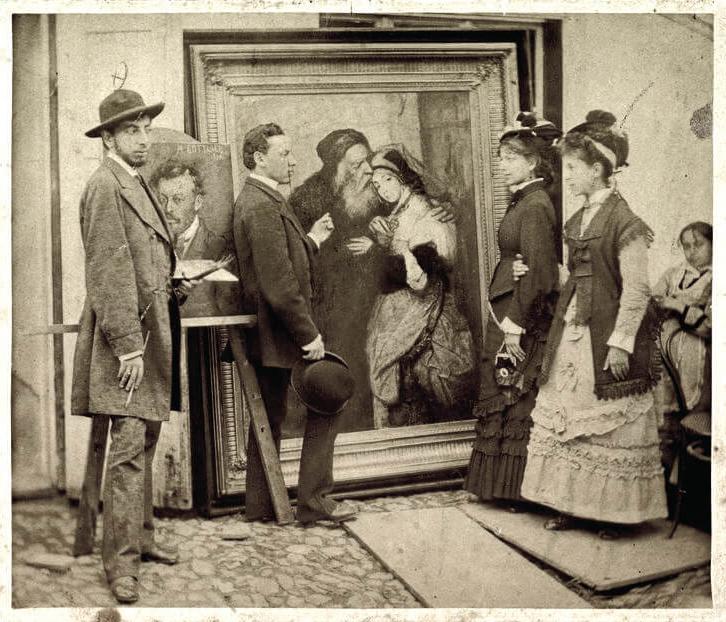"""Maurycy Gottlieb z siostrami prezentujący obraz """"Shylock i Jessica"""", źródło: prabook.com"""