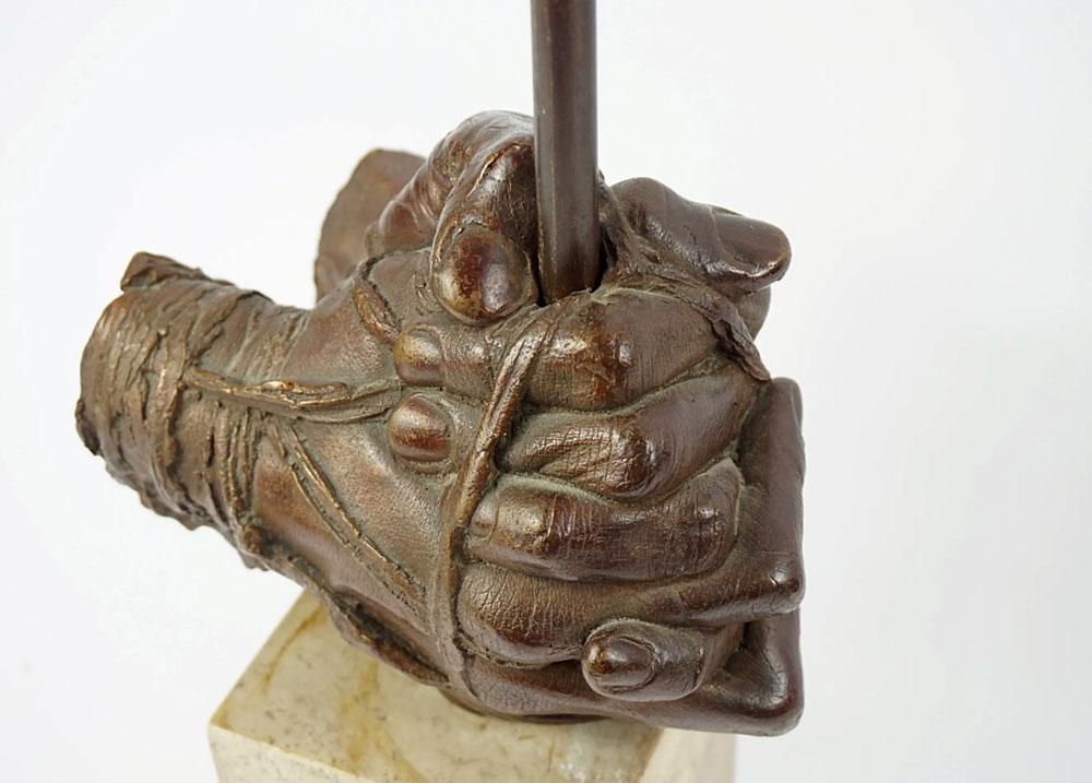 """Igor Mitoraj (1944-2014) """"Splecione dłonie"""", źródło: CAEN ENCHERES"""