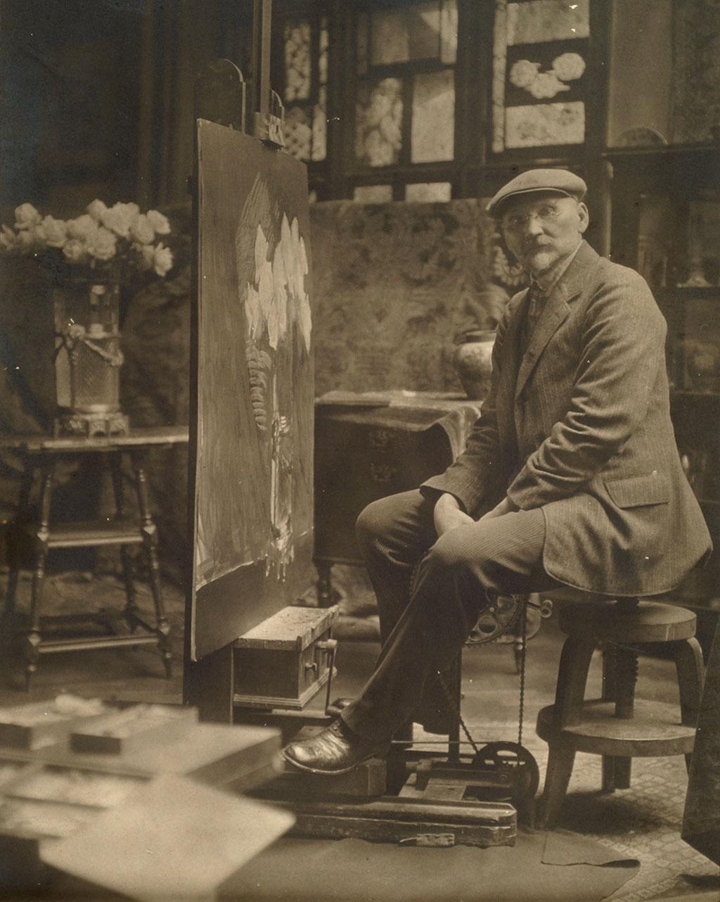 Leon Wyczółkowski w pracowni przy sztaludze własnego pomysłu, źródło: Muzeum Okręgowe w Bydgoszczy