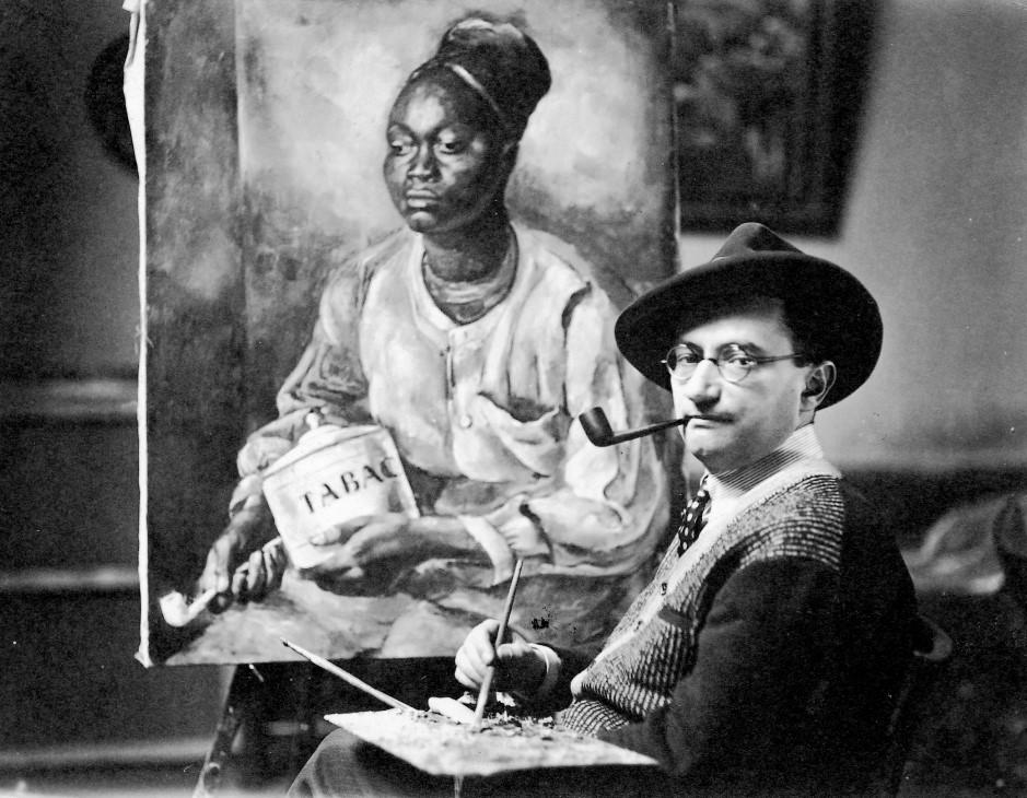 """Roman Kramsztyk na tle swojego obrazu """"Portret murzyna z fajką"""" około 1927 roku, źródło: ecoledeparis.org"""