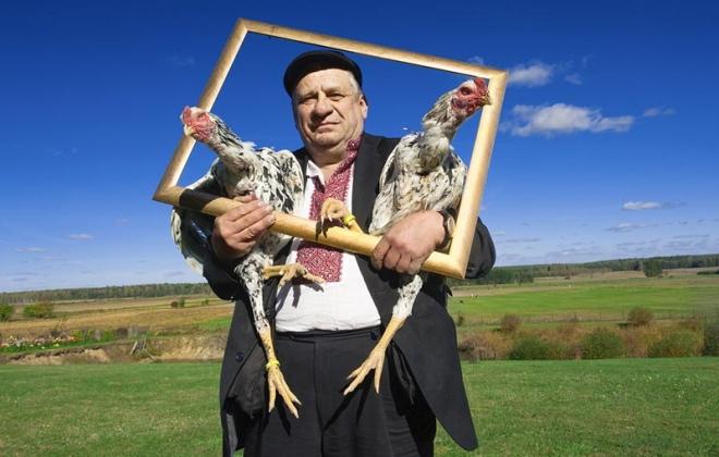 Leon Tarasewicz z kurami, źródło: Tygodnik Powszechny