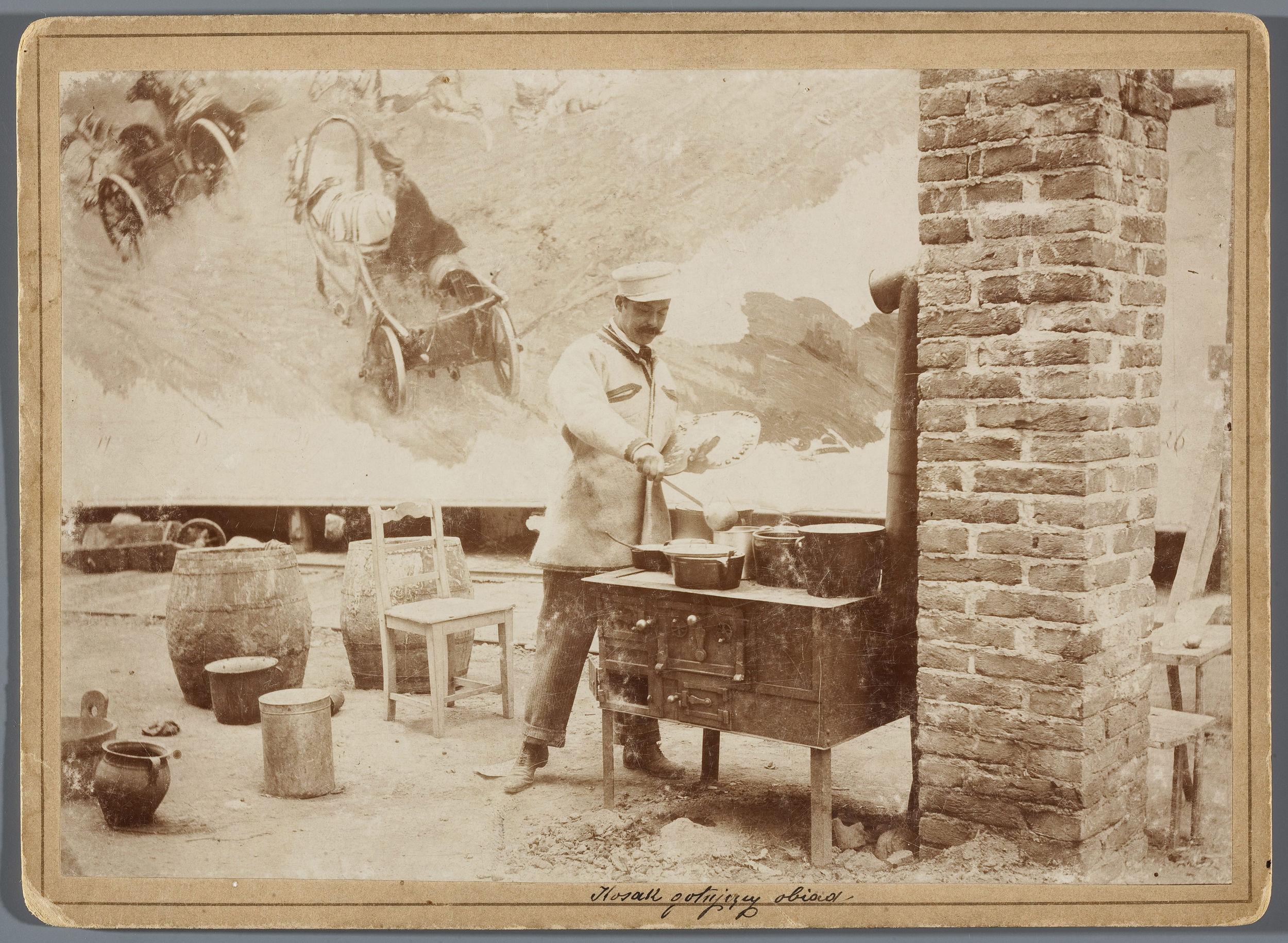 Wojciech Kossak z paletą w ręce gotujący obiad na prowizorycznej kuchni w rotundzie Panoramy Racławickiej, ok. 1893 roku, źródło: Muzeum Narodowe w Warszawie