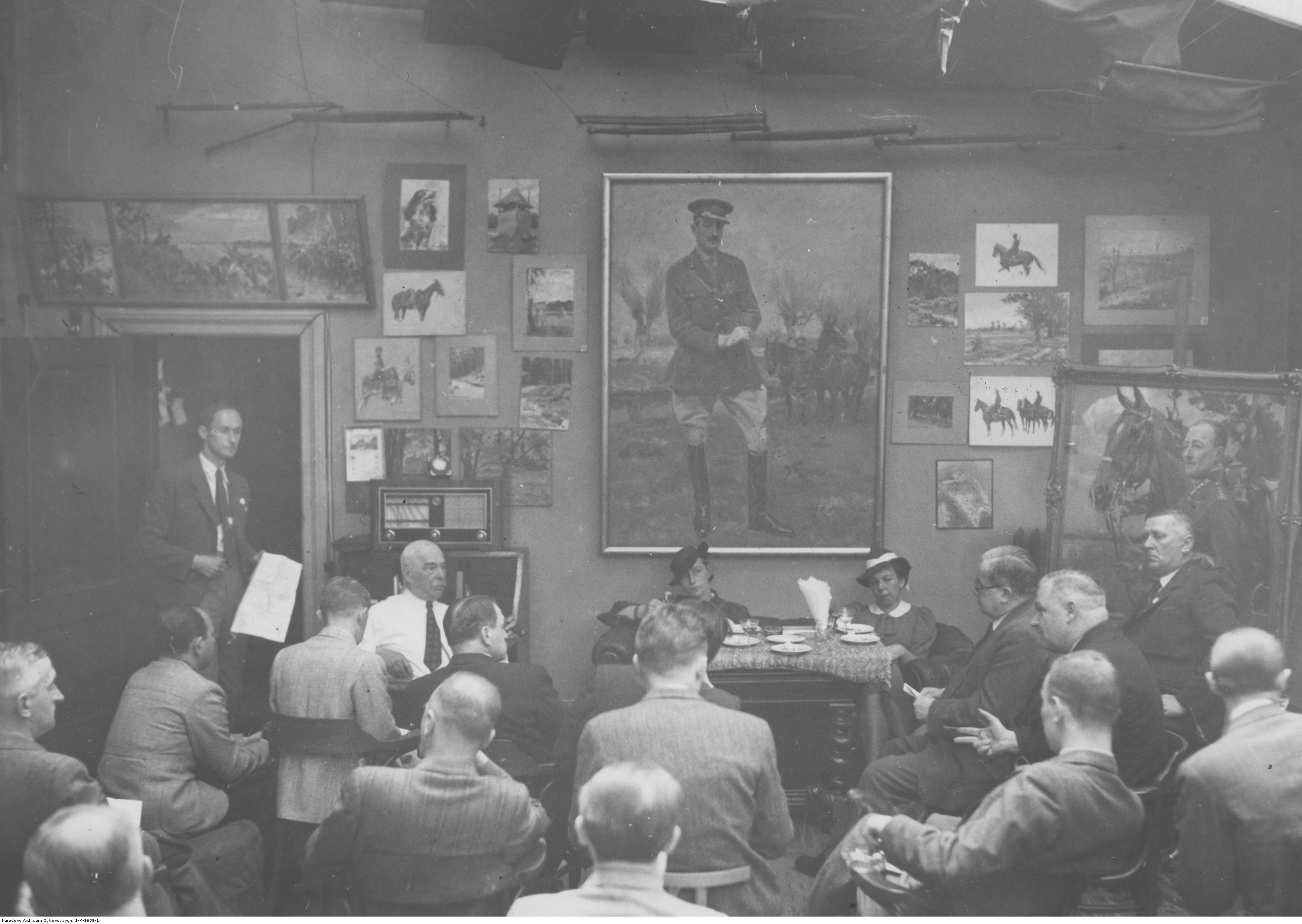 Konferencja prasowa w sprawie Panoramy Bitwy Grochowskiej w domu artysty malarza Wojciecha Kossaka w Krakowie, 1938 rok, źródło: Narodowe Archiwum Cyfrowe
