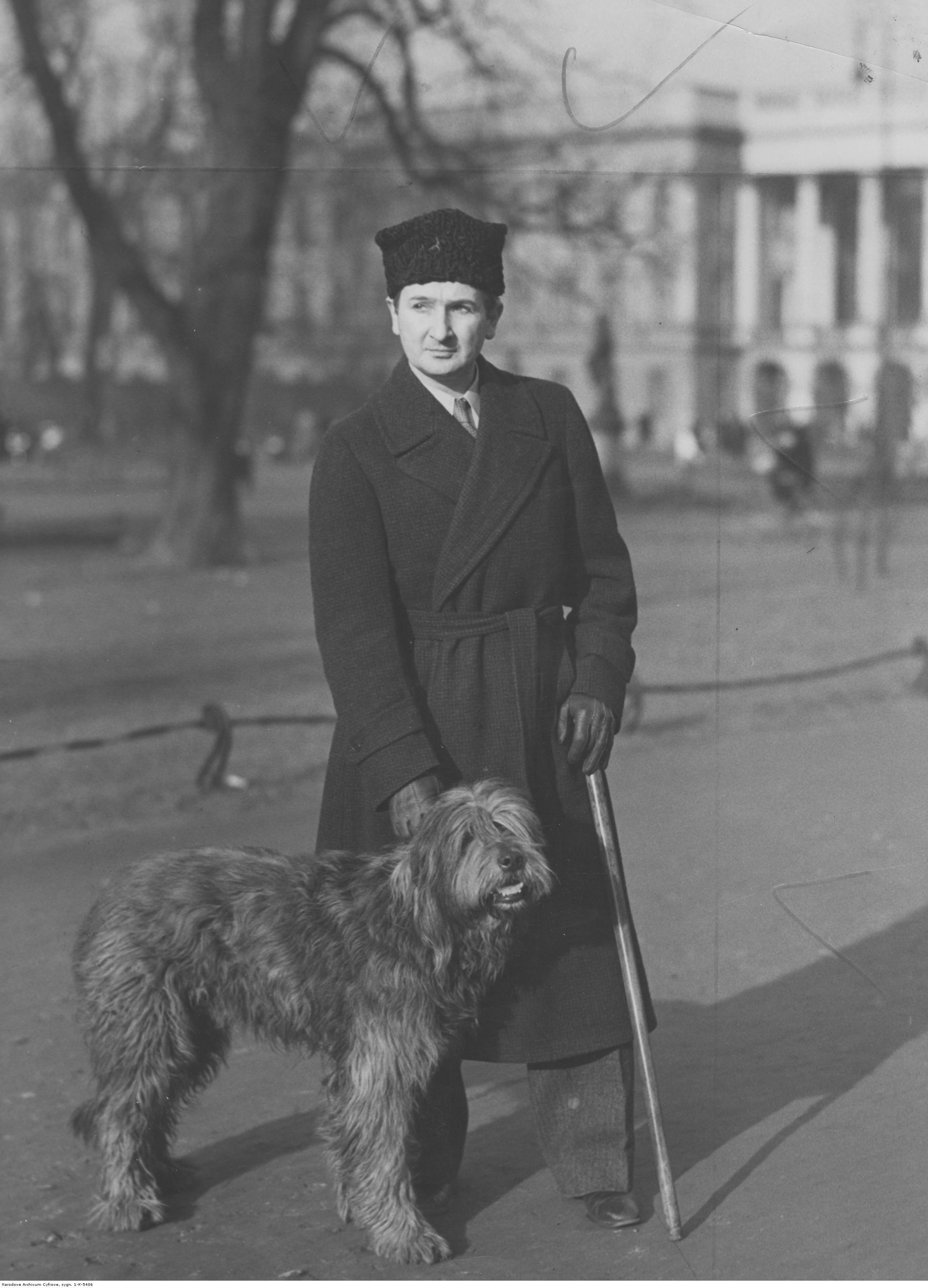 Stanisław Szukalski, artysta malarz i rzeźbiarz ze swoim psem Bacą, ok. 1929 roku, źródło: nac.gov.pl