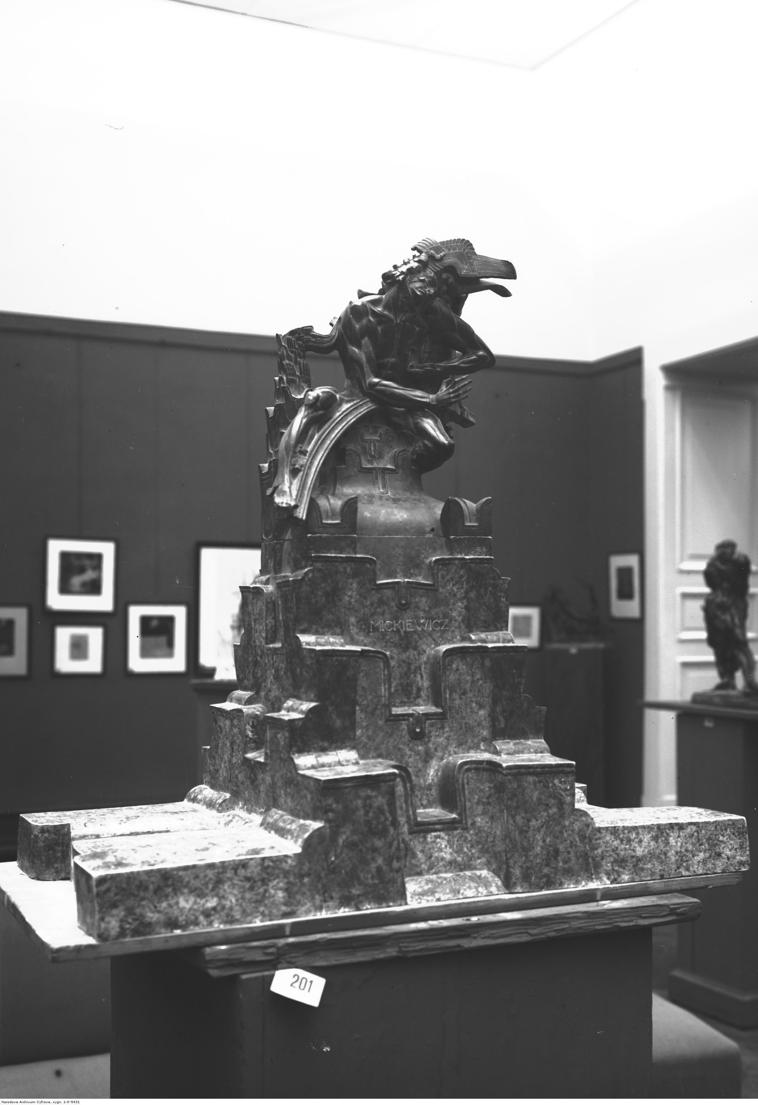 Projekt pomnika Adama Mickiewicza autorstwa artysty malarza i rzeźbiarza Stanisława Szukalskiego, źródło: nac.gov.pl
