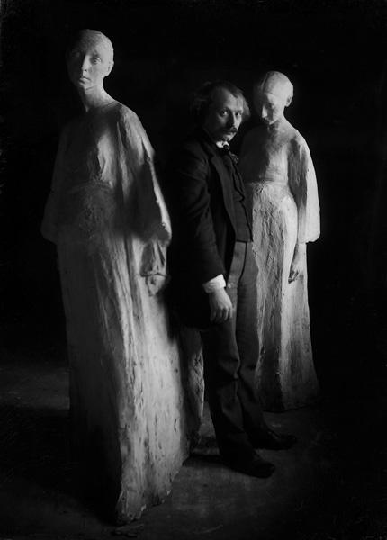 """Xawery Dunikowski z rzeźbami z cyklu """"Brzemienne"""", 1907 rok, źródło: Centrum Rzeźby Polskiej w Orońsku"""