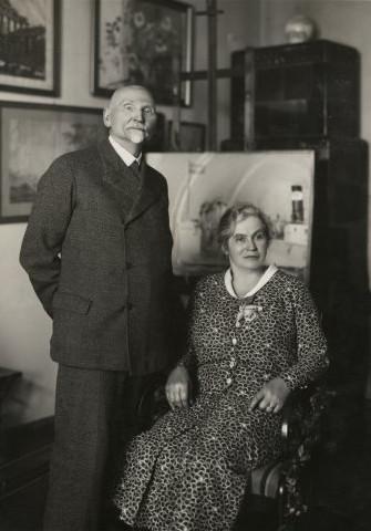 """Franciszka i Leon Wyczółkowscy na tle obrazu """"Pogrzeb Słowackiego"""", 1932 rok, źródło: wyczolkowski.pl"""