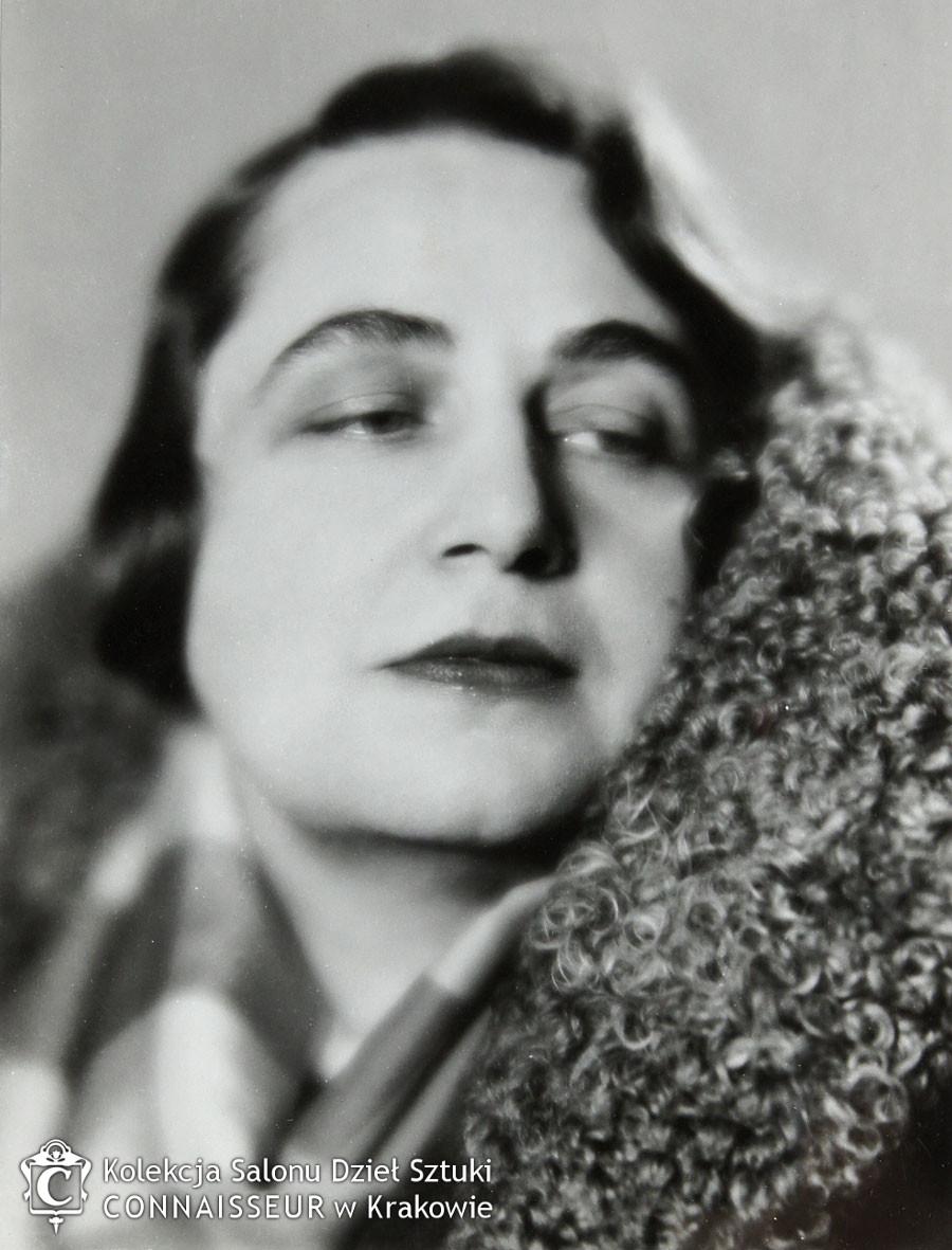 Fotografia przedstawiająca Maję Berezowską, fot. B. J. Dorys, źródło: Salon Dzieł Sztuki Connaisseur