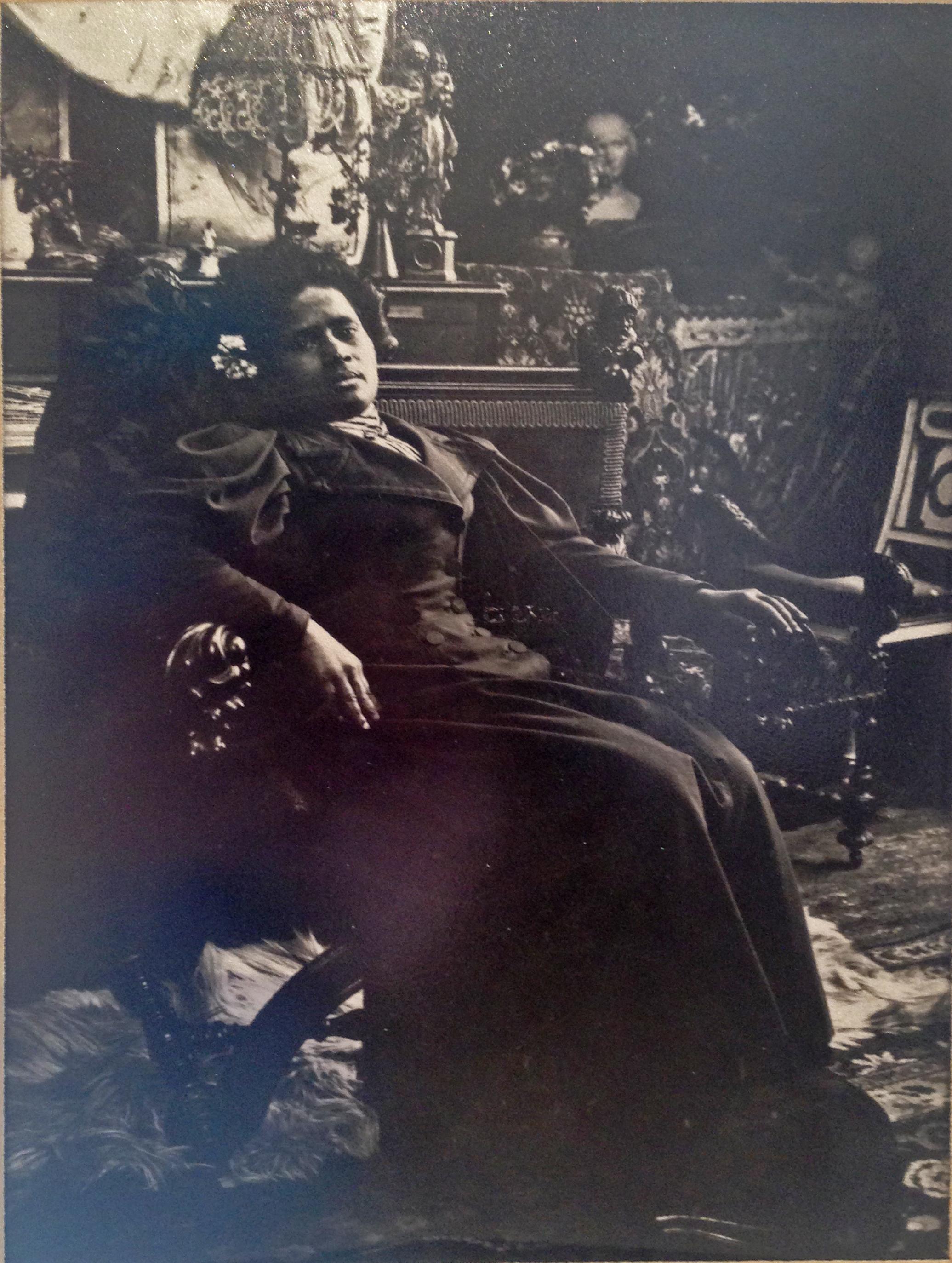Annah, kochanka Paula Gauguina w pracowni Alphonsa Muchy przy rue de la Grande Chaumiere w Paryżu, 1894 rok, źródło: Wikipedia