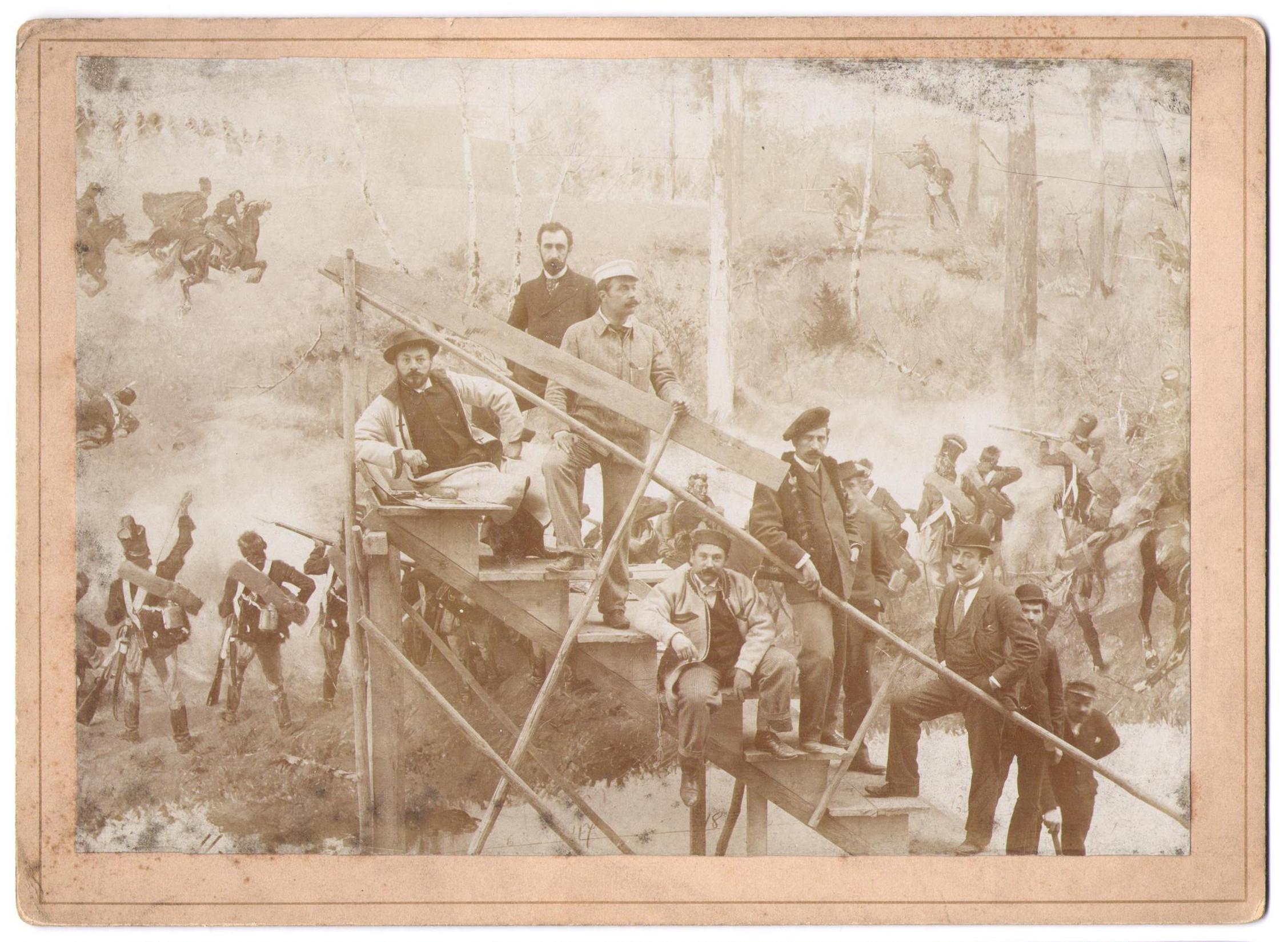 """Twórcy """"Panoramy Racławickiej"""", u góry schodów stoją Wojciech Kossak i Teodor Axentowicz, ok. 1894 roku źródło: Salon Dzieł Sztuki Connaisseur"""