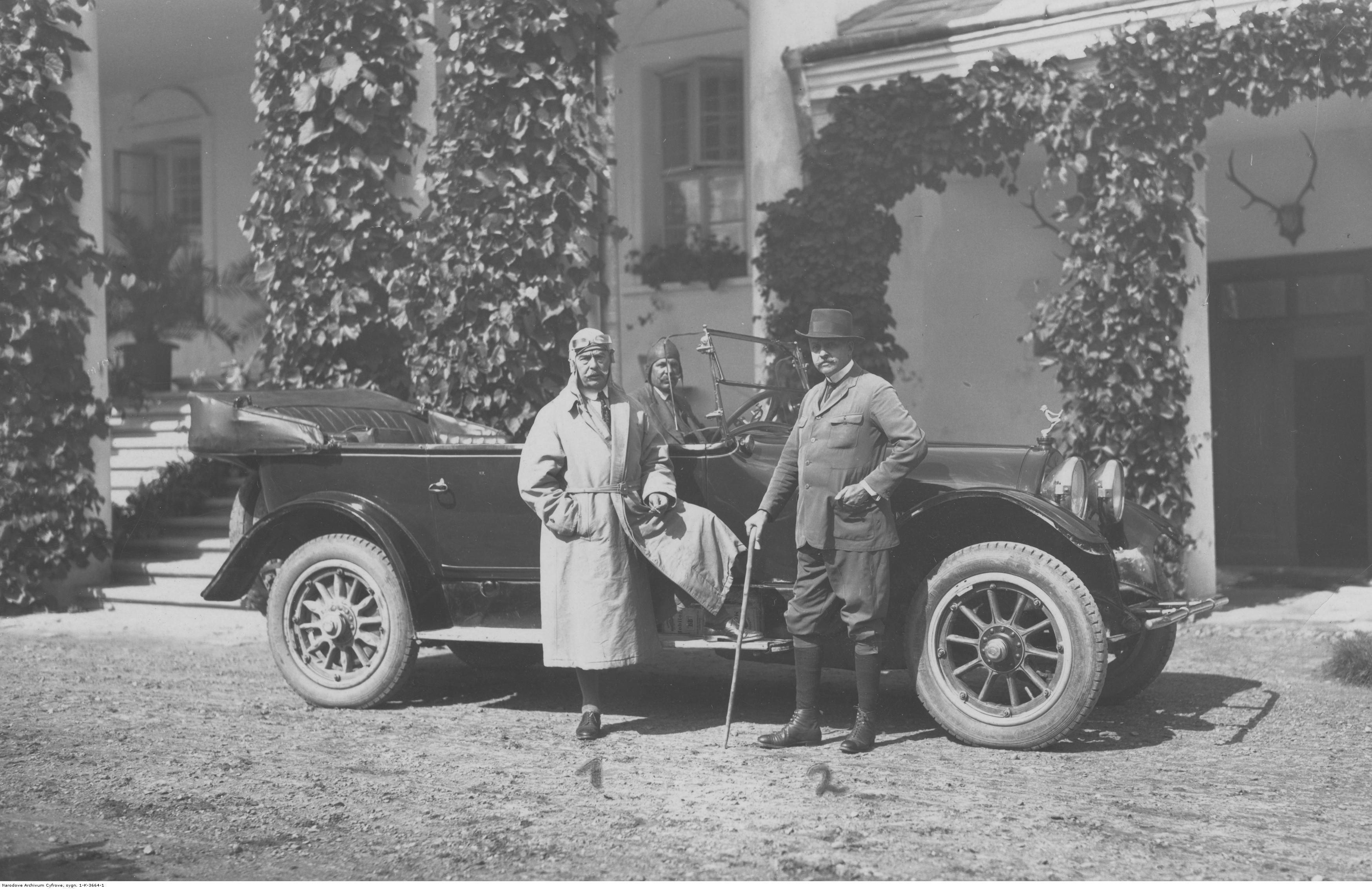 Artysta malarz Wojciech Kossak w towarzystwie hr. Augusta Krasickiego w Lesku, ok. 1931 roku, źródło: Narodowe Archiwum Cyfrowe