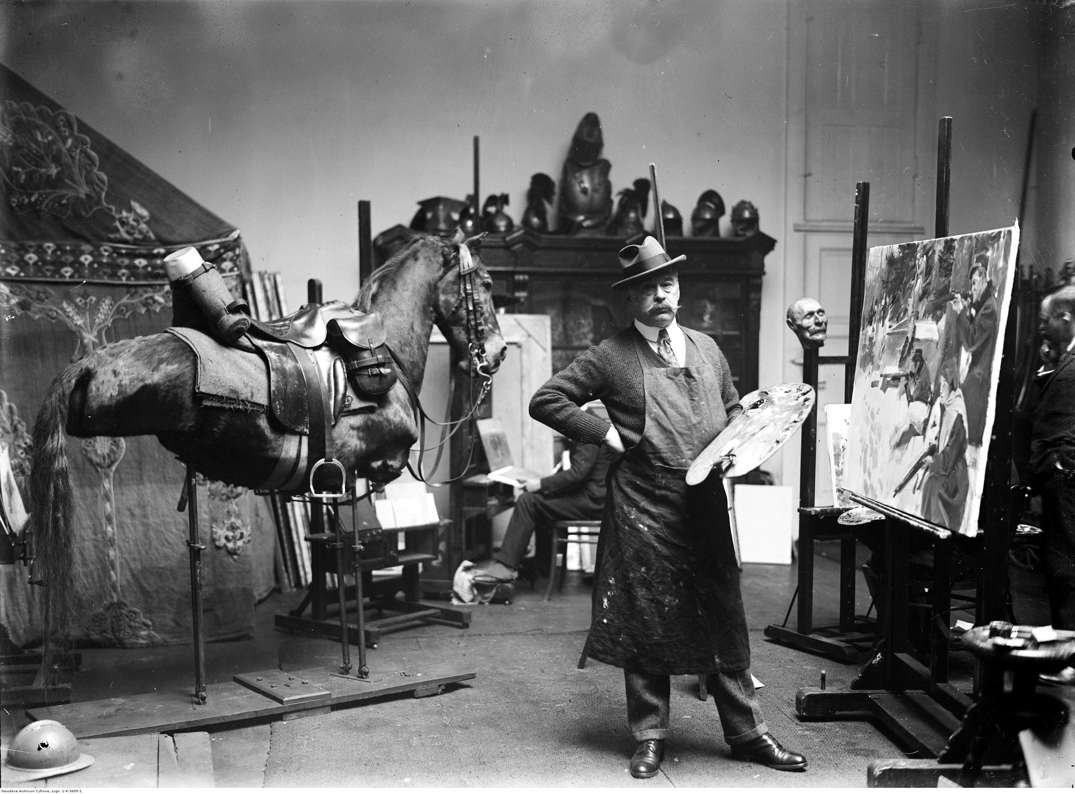 Wojciech Kossak w swojej pracowni w Krakowie, 1926 rok, źródło: Narodowe Archiwum Cyfrowe