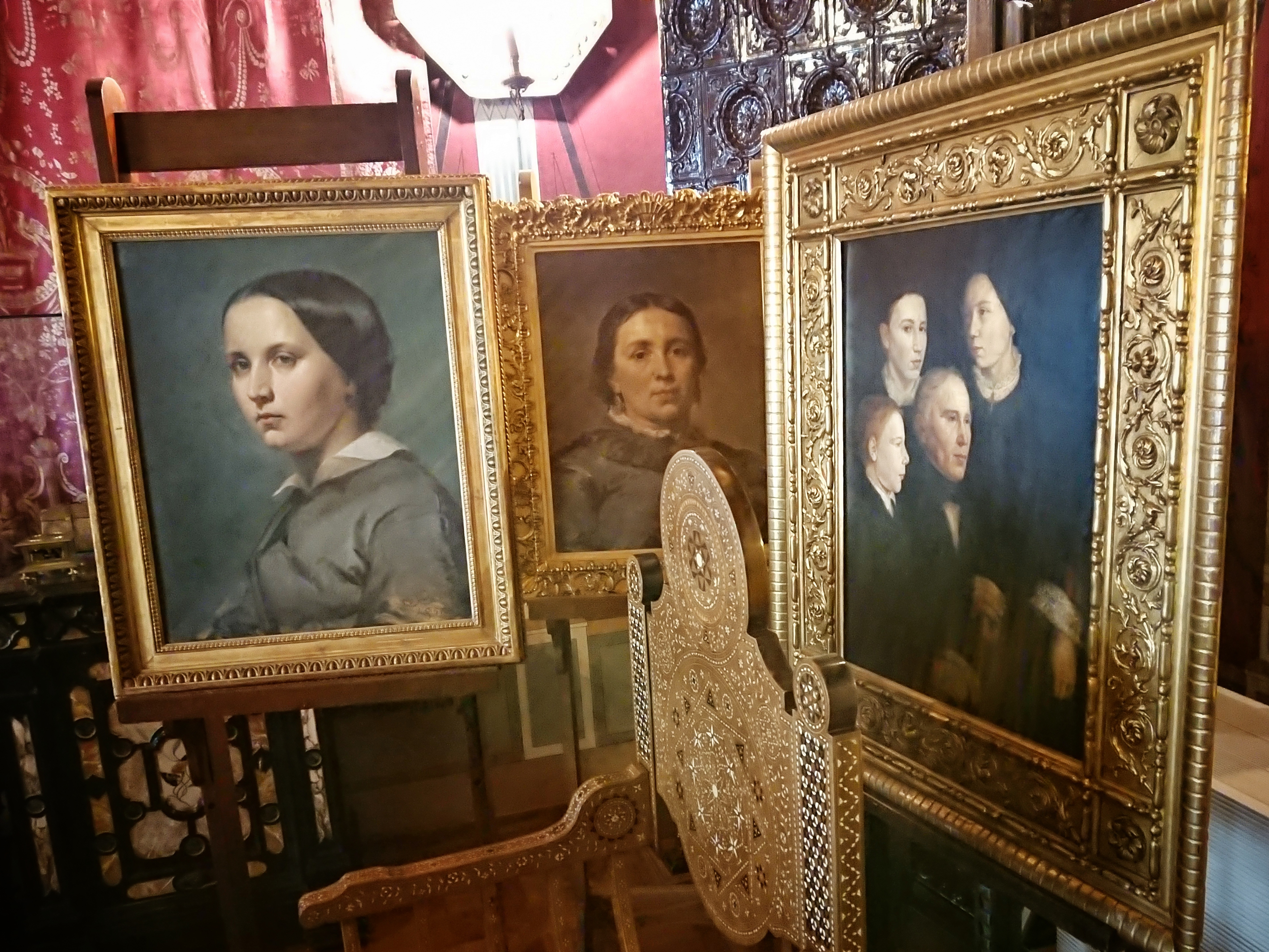Fragment aktualnej wystawy w Muzeum Jana Matejki. Na portrecie grupowym jest przedstawiony ojciec Jana Matejki - Franciszek Ksawery Matejko, sam Jan (w lewym górnym rogu) i dwójka jego rodzeństwa, źródło: archiwum autorki