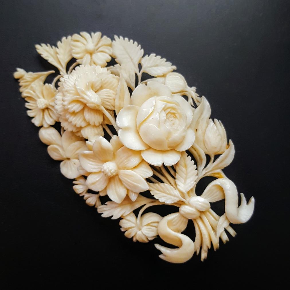 Z kości słoniowej tworzono także biżuterię, np. ażurowe brosze, źródło: Collectors Weekly
