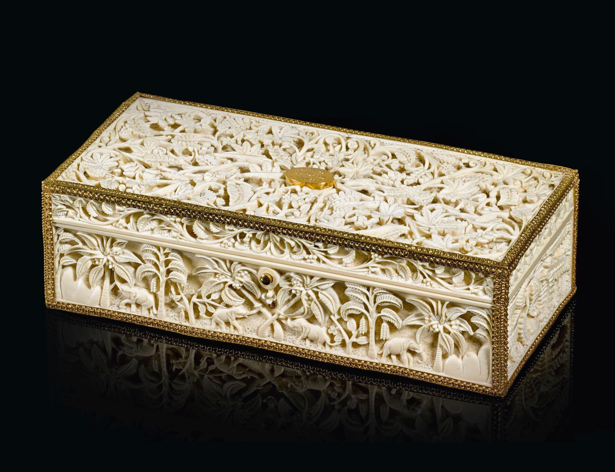 W podobnych, drobiazgowo zdobionych szkatułach trzymano bibeloty i cenne precjoza, źródło: Sotheby's