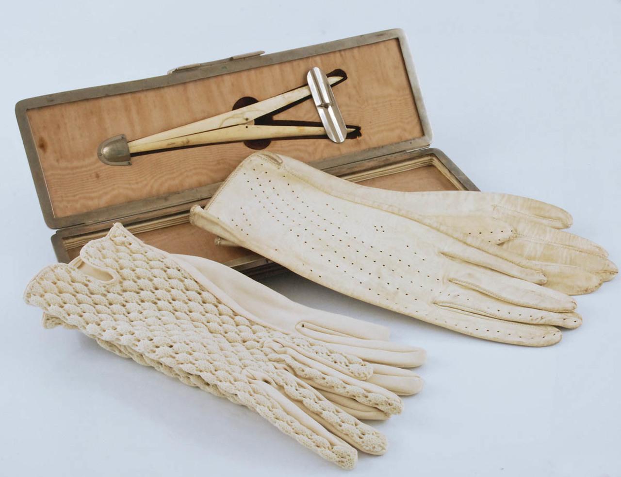 Atrybutem każdej damy były rękawiczki i specjalne szczypce do ich zakładania i rozciągania, źródło: Rempex