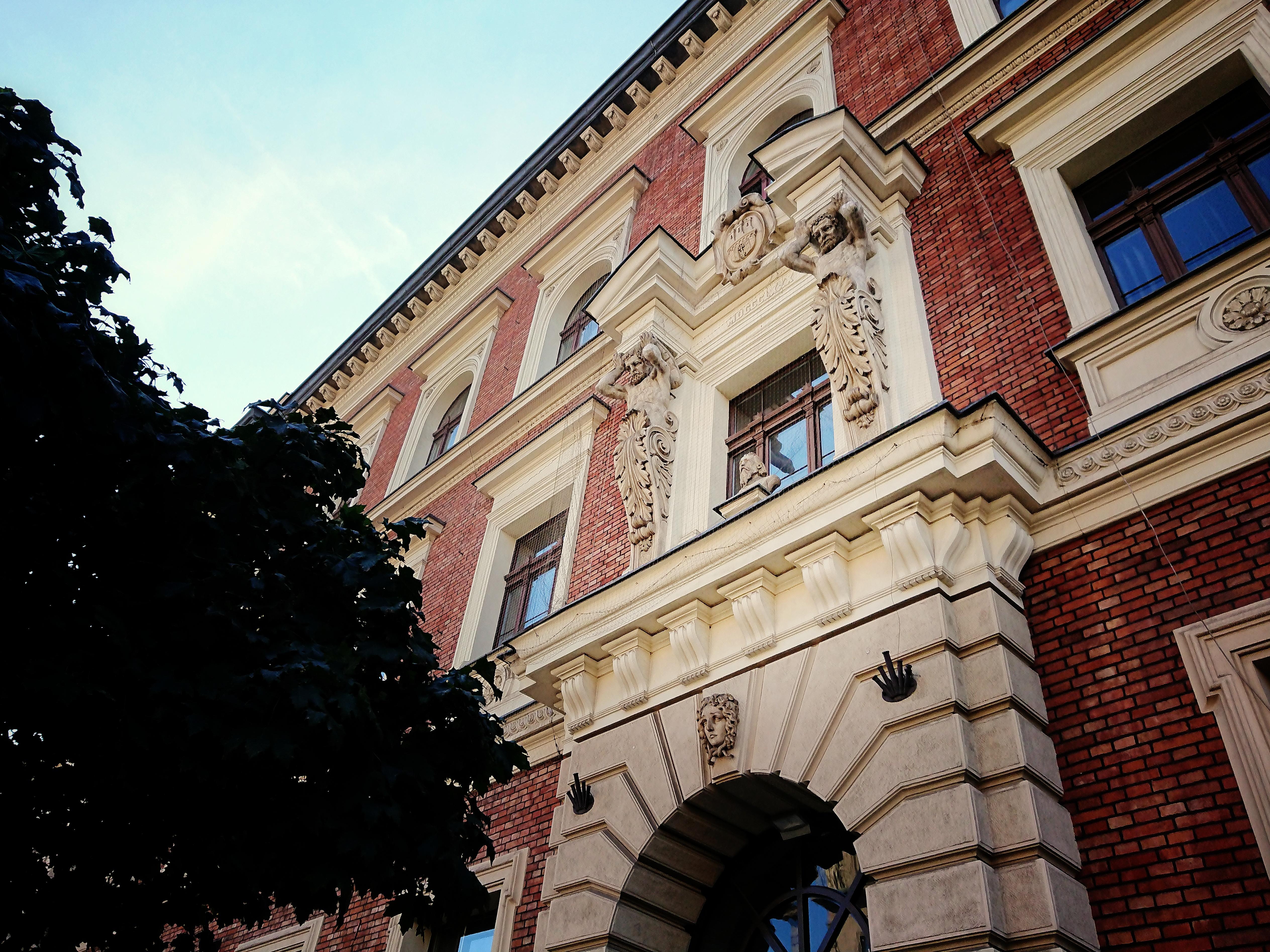 Popiersie Jana Matejki nad głównym wejściem do gmachu Akademii Sztuk Pięknych, źródło: archiwum autorki