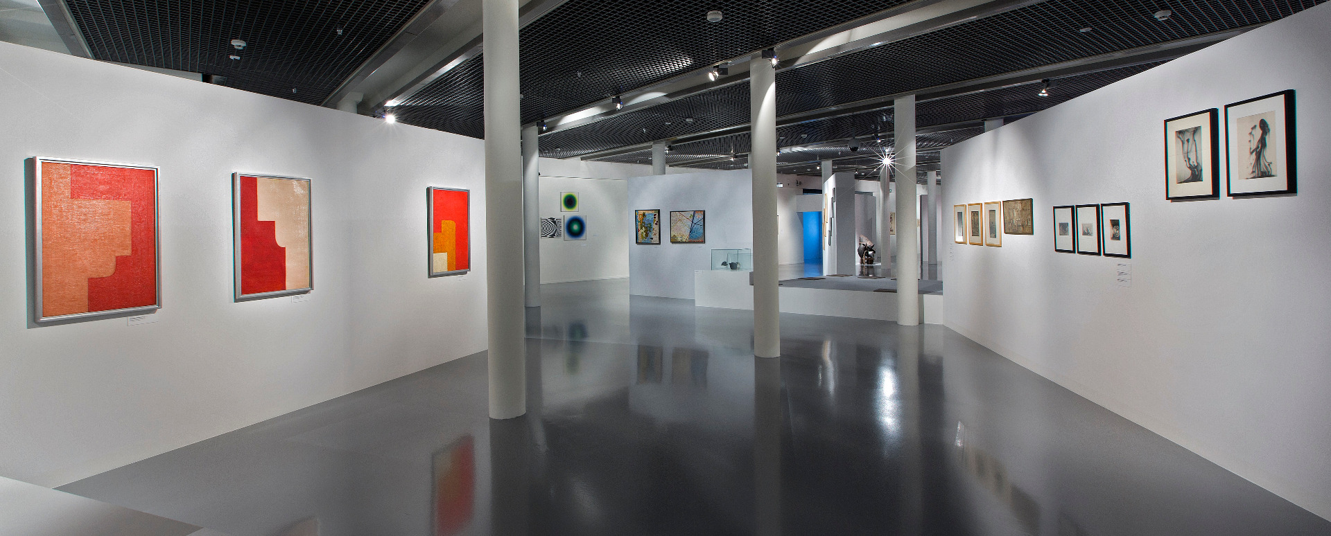 Widok ekspozycji kolekcji sztuki awangardowej w Muzeum Sztuki w Łodzi, źródło: Muzeum Sztuki w Łodzi