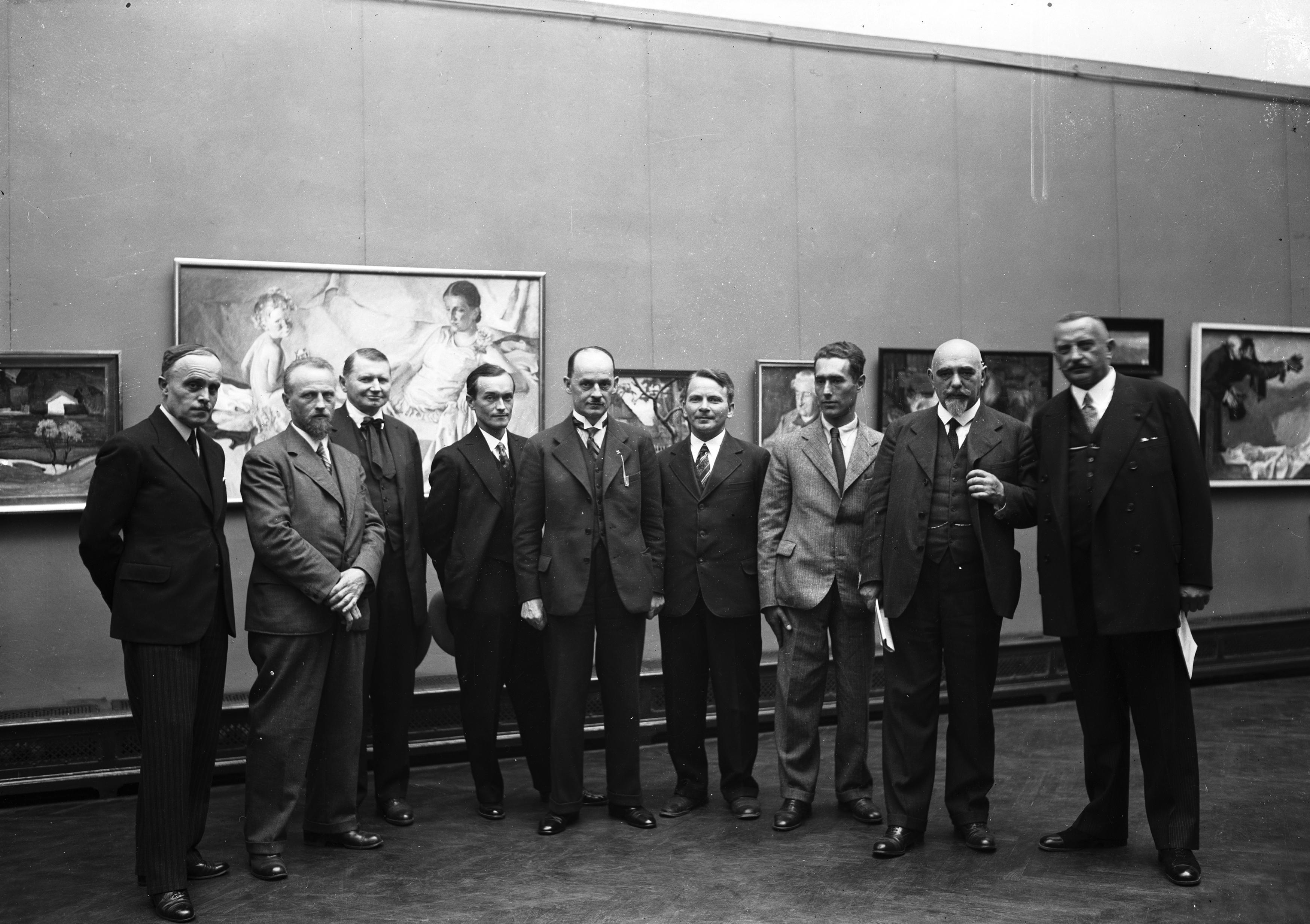 Soter Jaxa-Małachowski (trzeci z lewej) na otwarciu wystawy zbiorowej w Pałacu Sztuki w Krakowie, 1932 rok, źródło: Narodowe Archiwum Cyfrowe