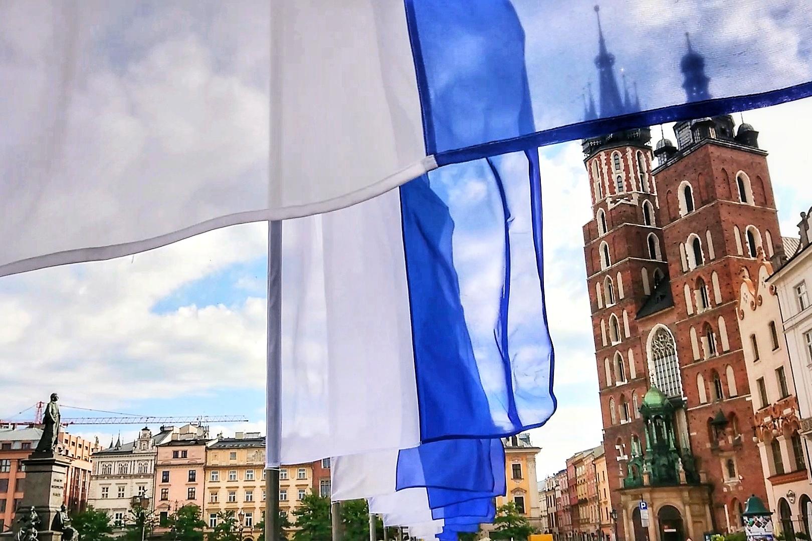 Flagi podobne do tych z obrazu ozdabiające Rynek Główny z okazji Dni Miasta Krakowa, źródło: archiwum autorki