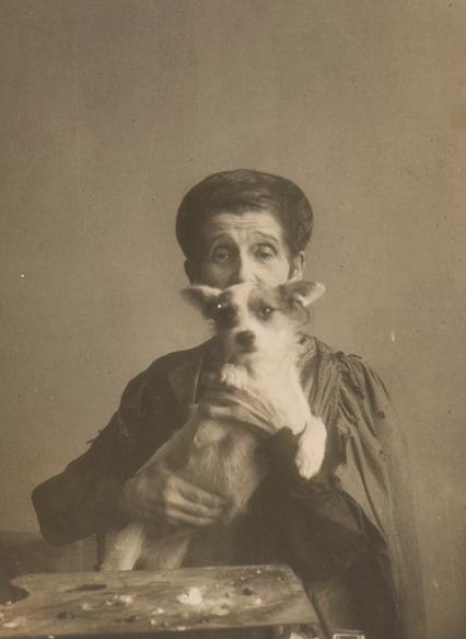 Fotografia Olgi Boznańskiej z psem, około 1930 roku, źródło: Biblioteka Polska w Paryżu
