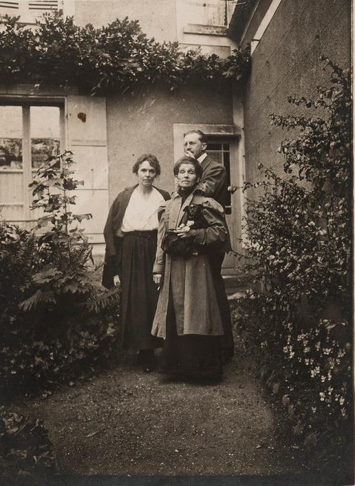 Fotografia Olgi Boznańskiej z przyjaciółmi i psem Cui-Cui, przed 1940 rokiem, źródło: Biblioteka Polska w Paryżu