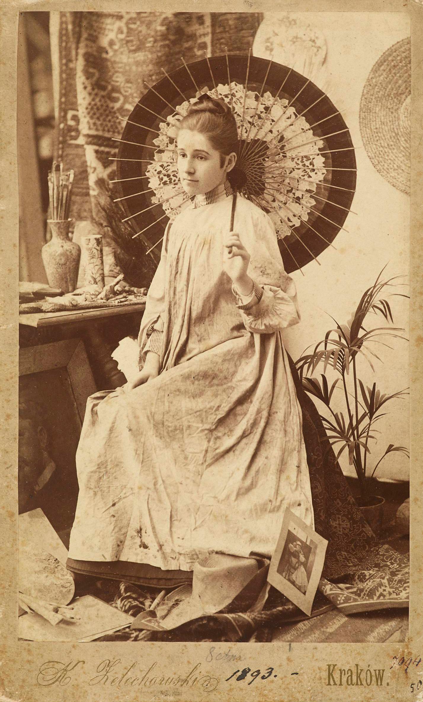 Fotografia Olgi Boznańskiej z japońską parasolką, 1893 rok, źródło: Muzeum Narodowe w Warszawie