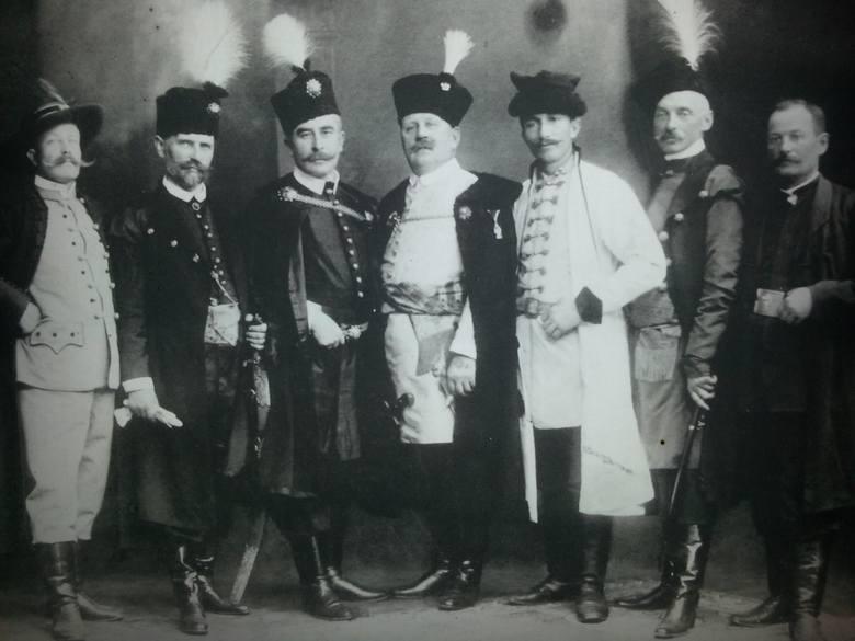 Włodzimierz Tetmajer (drugi z prawej) jako poseł do Rady Państwa, źródło: Dziennik Polski