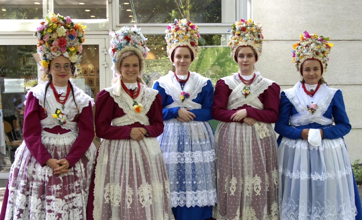 Kwieciste nakrycia głowy bamberek, źródło: bambrzy.poznan.pl