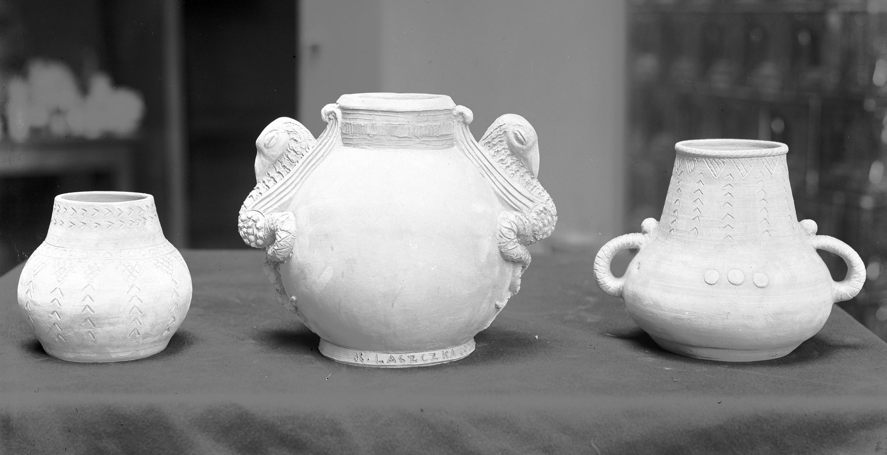 Wazony ceramiczne projektu Konstantego Laszczki na wystawie we Lwowie w 1926 roku, źródło: Narodowe Archiwum Cyfrowe