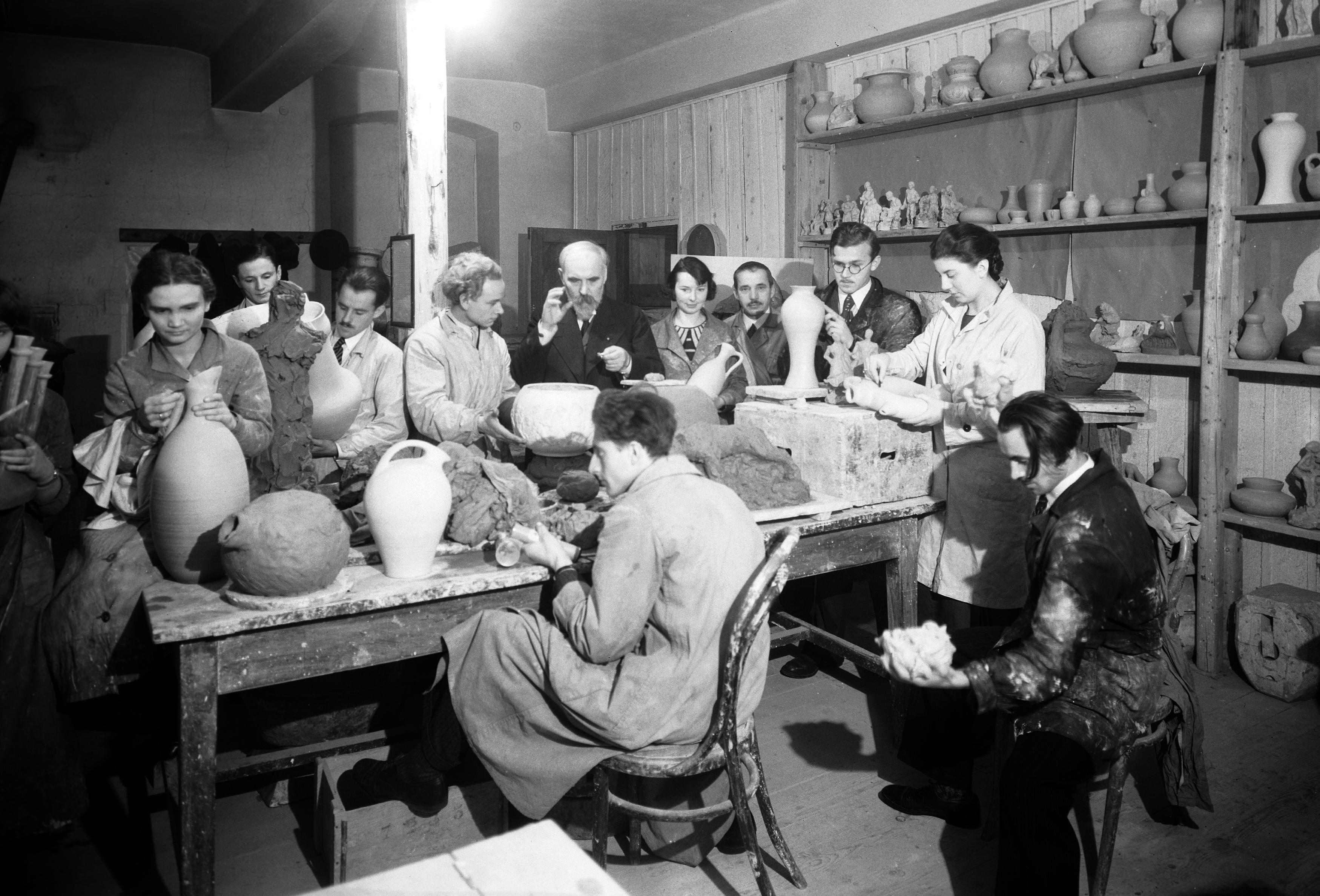Konstanty Laszczka ze studentami, Pracownia ceramiki ASP Kraków, 1933 rok, źródło: Narodowe Archiwum Cyfrowe