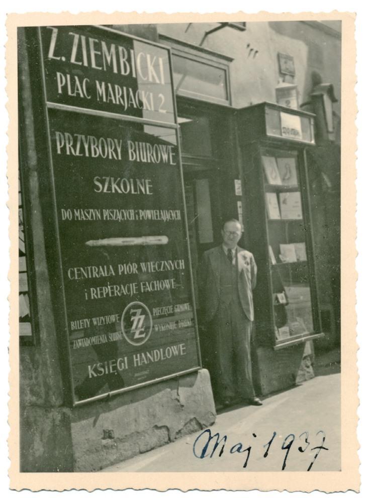 Zygmunt Ziembicki w drzwiach swojego składu przy Planu Mariackim 2 w 1937 roku, źródło: archiwum rodziny (dziennikpolski24.pl)