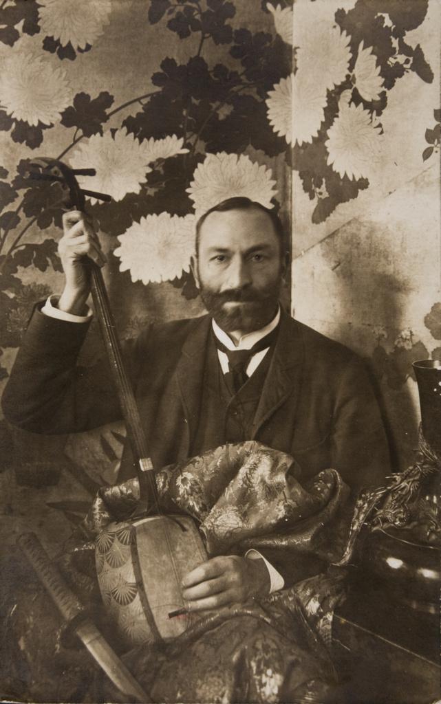 Feliks Jasieński z shamisenem na tle japonskiego parawanu, ok. 1903-1905 roku, źródło: Muzeum Narodowe w Krakowie