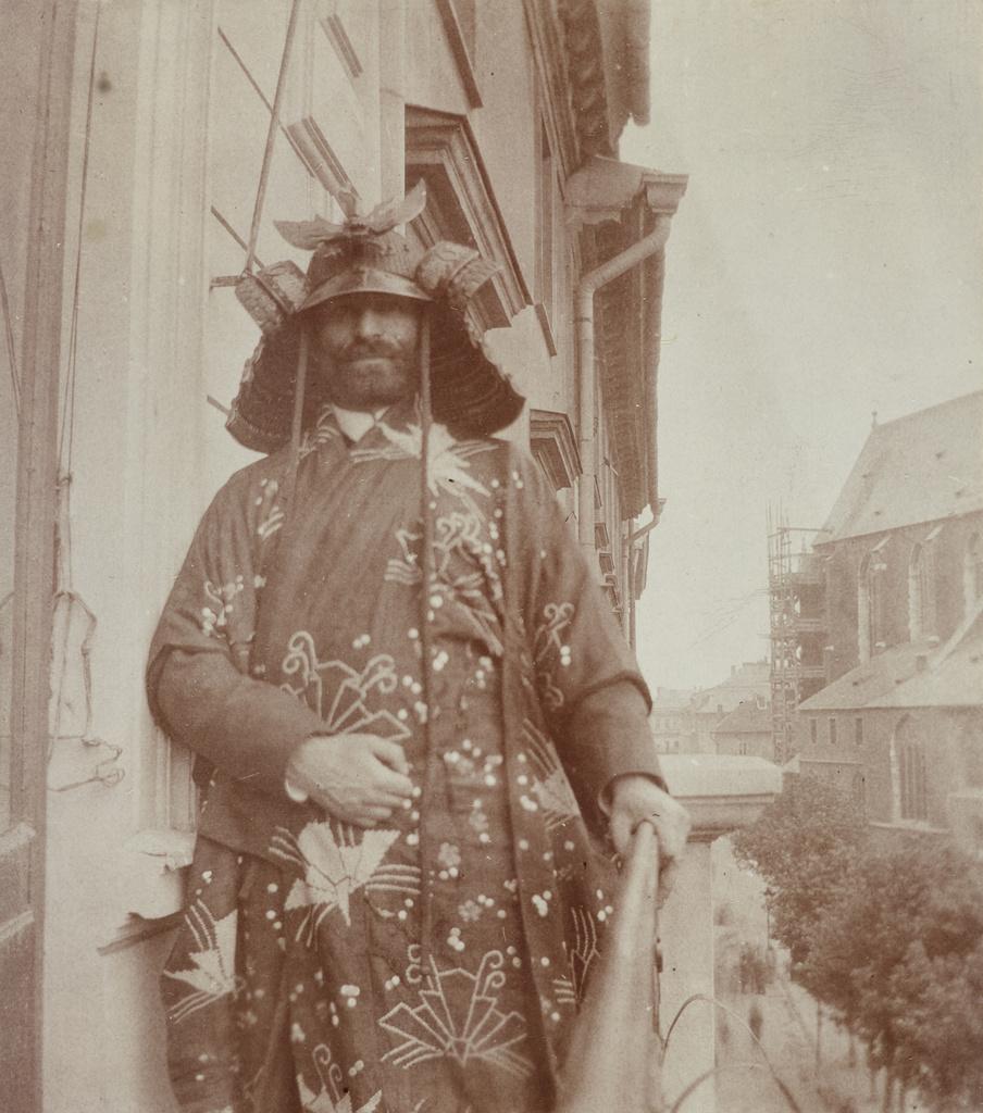 Feliks Jasieński na balkonie swojego mieszkania z widokiem na Rynek Główny, ok. 1903-1905 roku, źródło: Muzeum Narodowe w Krakowie