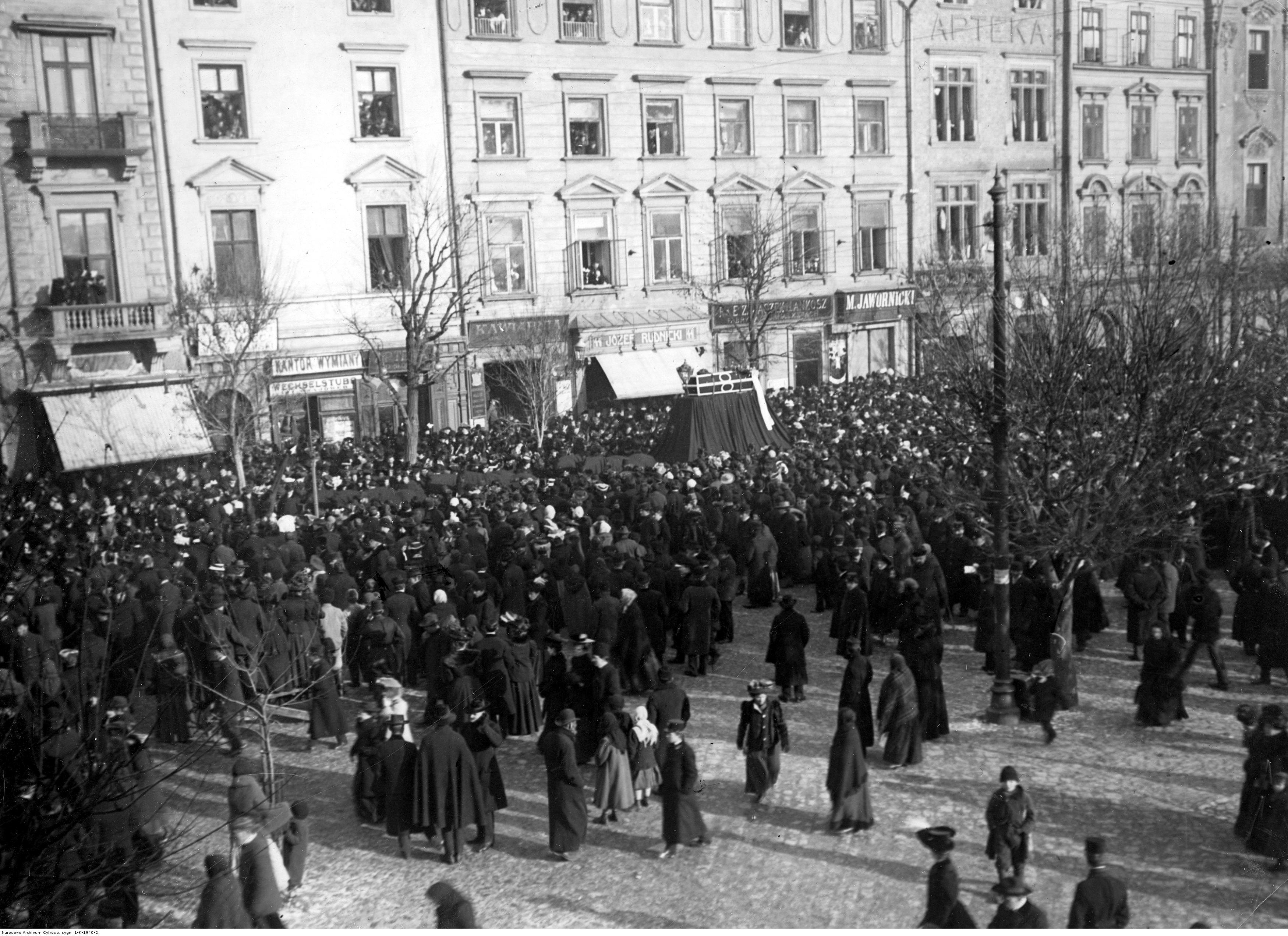 Kondukt pogrzebowy Stanisława Wyspiańskiego na Rynku Głównym w 1907 roku, źródło: Narodowe Archiwum Cyfrowe