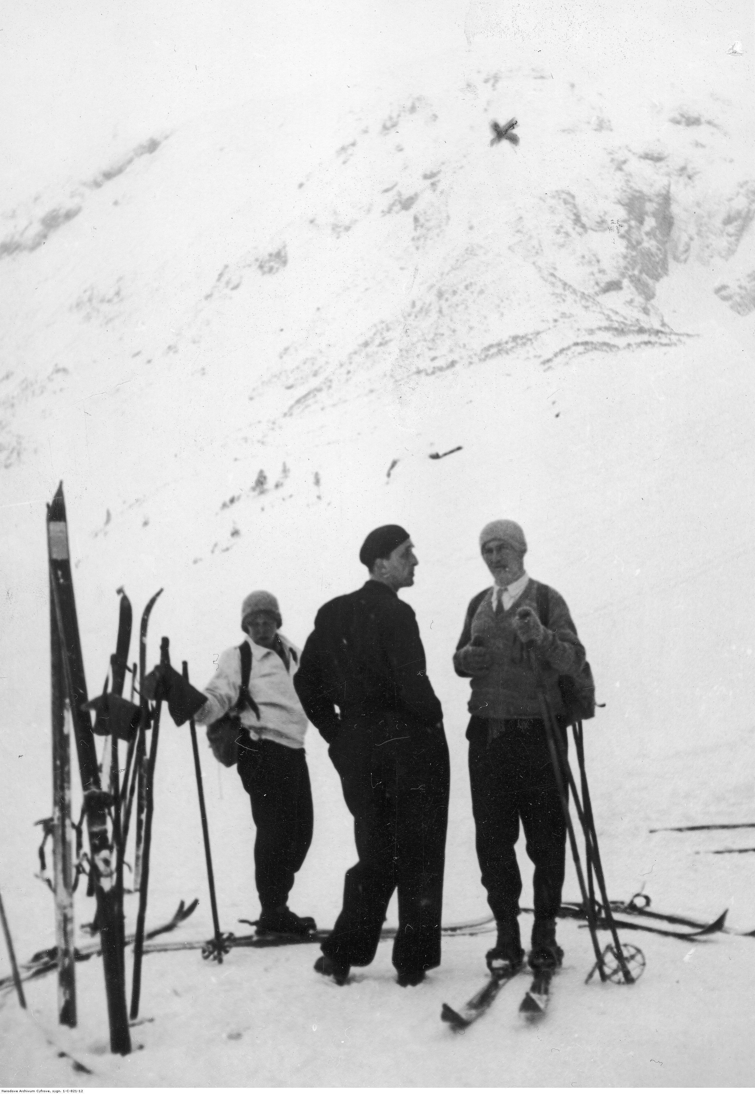 Członkowie Tatrzańskiego Ochotniczego Pogotowia Ratunkowego (Wanda, nieznany mężczyzna, Józef) podczas akcji ratunkowej w Tatrach, 1935 rok, źródło: Narodowe Archiwum Cyfrowe