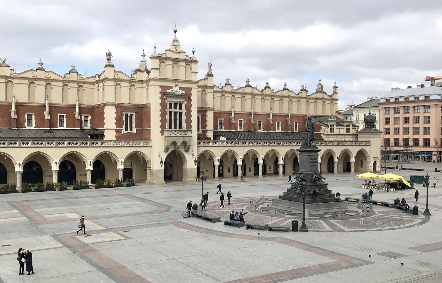 Widok na Rynek Główny z pomnikiem Adama Mickiewicza, fot. Karolina Bańkowska