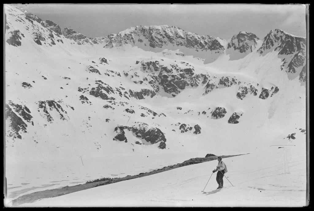 Dolina Pięciu Stawów uwieczniona przez Oppenheima; na pierwszym planie Wanda Gentil-Tippenhauer na nartach, źródło: Muzeum Tatrzańskie w Zakopanem