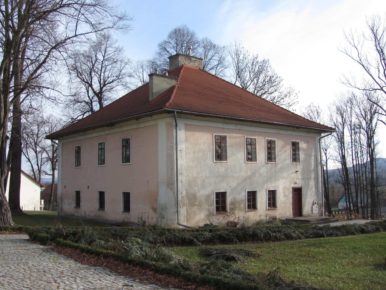 Oficyna w Wiśniowej przeznaczona dla artystów, widok obecny