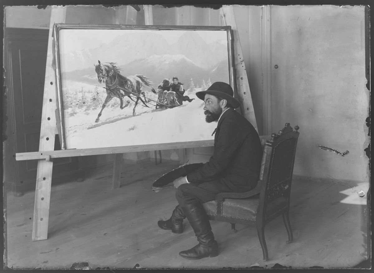 """Stanisław Witkiewicz przed swoim obrazem """"Romans w śniegu"""" malowanym w 1891 roku dla Heleny Modrzejewskiej, źródło: Muzeum Tatrzańskie w Zakopanem"""