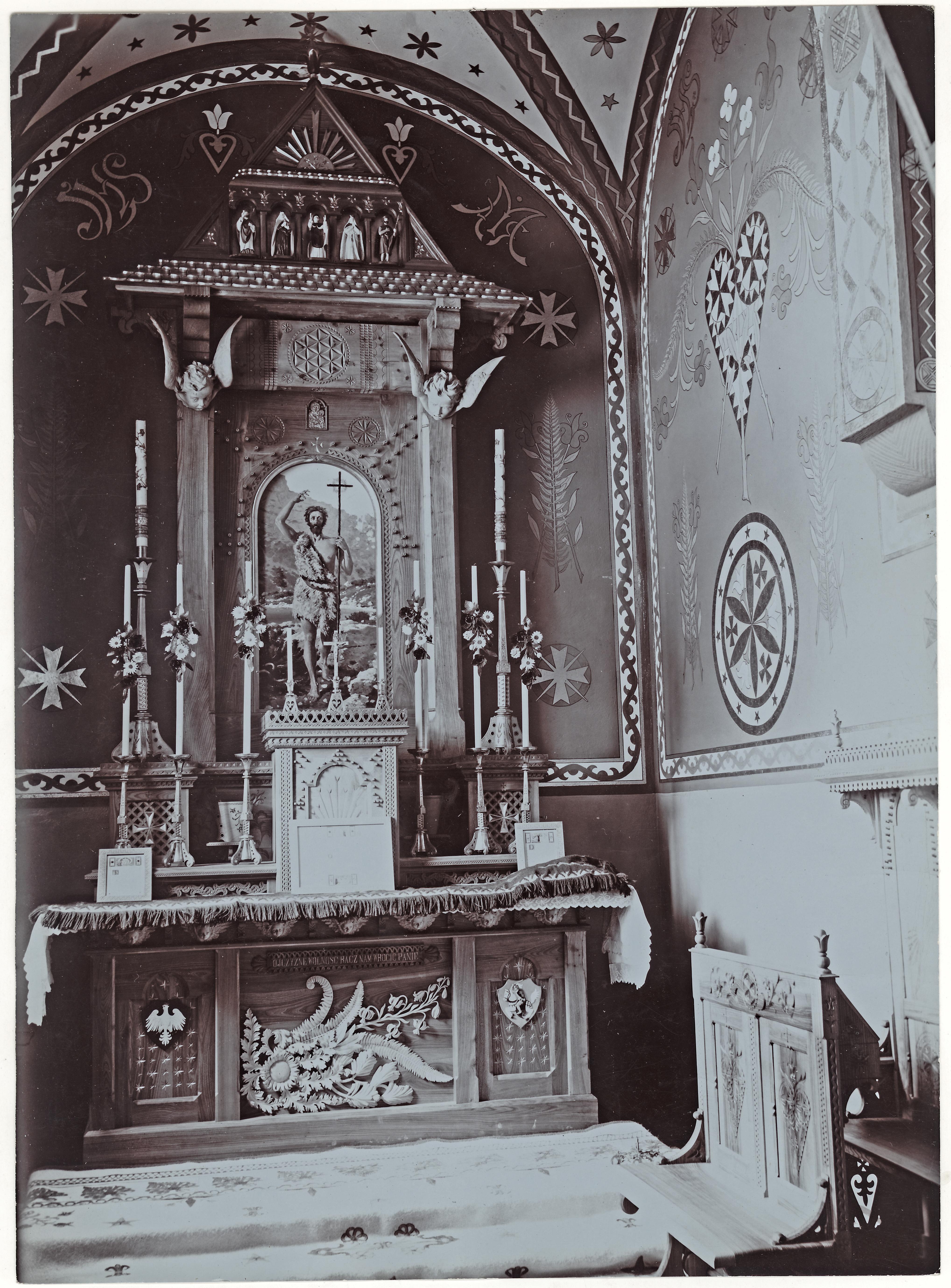 Fotografia wnętrza kaplicy św. Jana Chrzciciela w Zakopanem z obrazem autorstwa Stanisława Witkiewicza w ołtarzu, źródło: Muzeum Tatrzańskie w Zakopanem