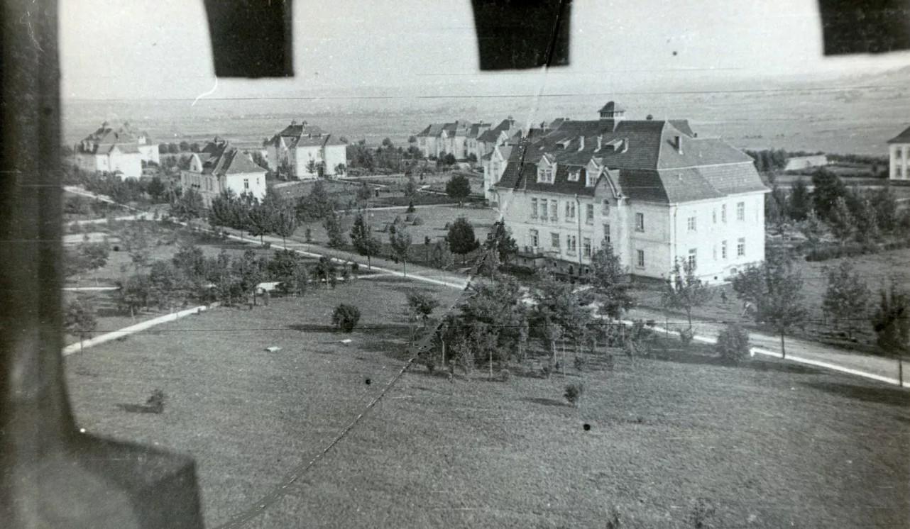 Widok z wieży kaplicy na zabudowania szpitala klinicznego w Kobierzynie, źródło: kobierzyn.pl (Piotr Biernacki)