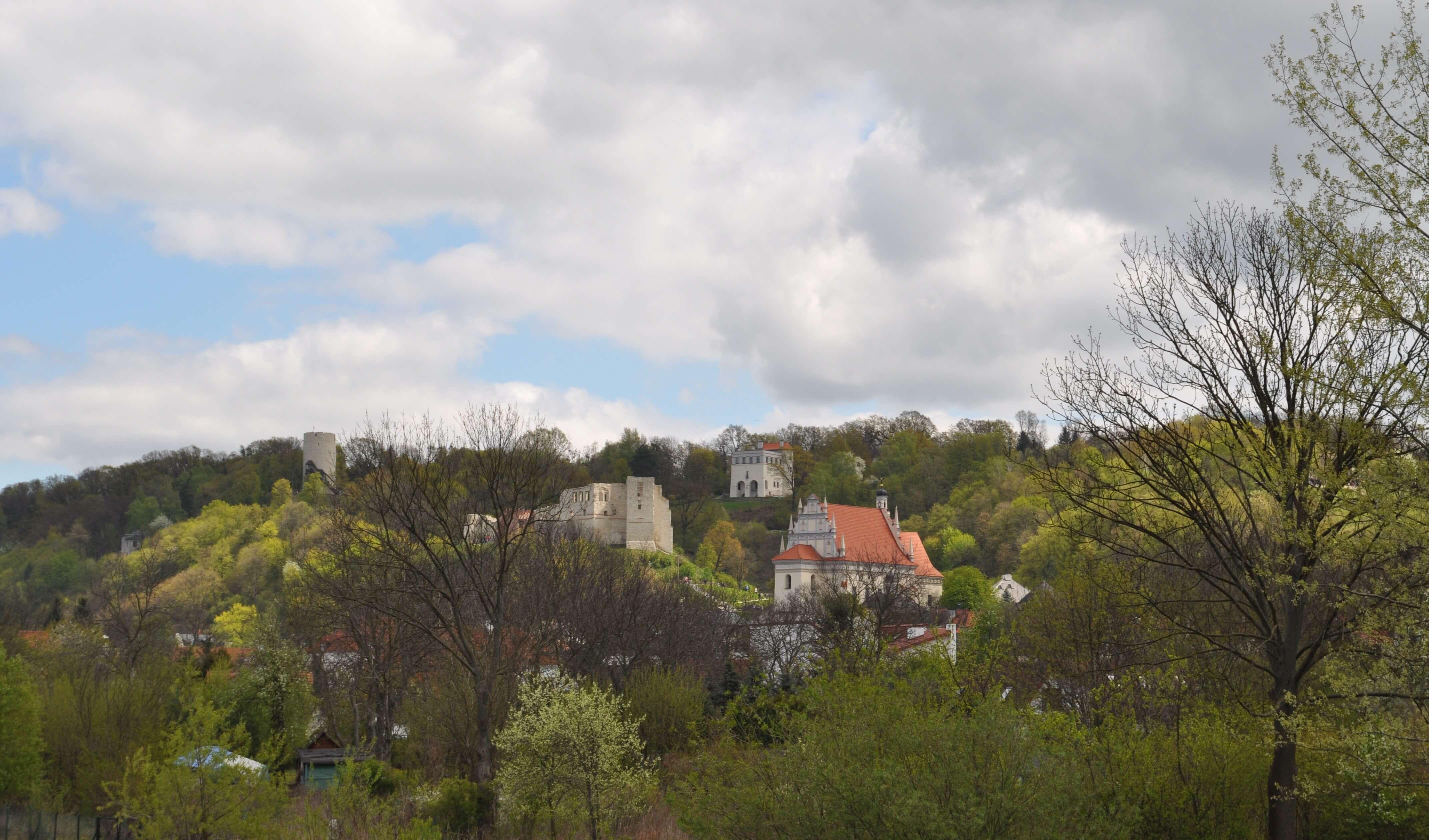 Willa Tadeusza Pruszkowskiego w kazimierskim pejzażu (między dachem fary a ruinami zamku), źródło: fhancuskihhabia.com