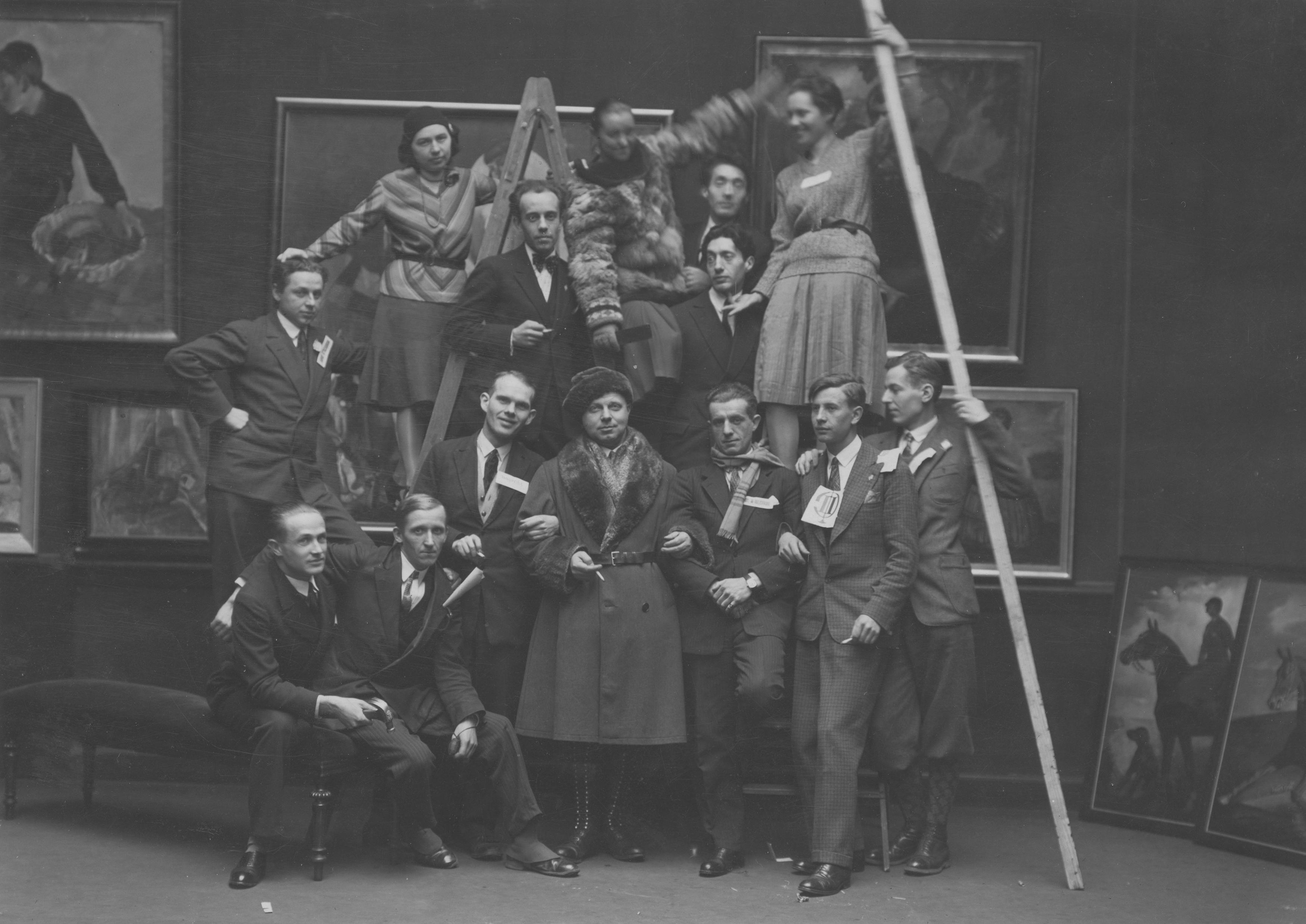 Grupa uczniów Taduesza Pruszkowskiego, który sam stoi w środku w palcie i futrzanej czapce, lata 30. XX wieku, źródło: Narodowe Archiwum Cyfrowe